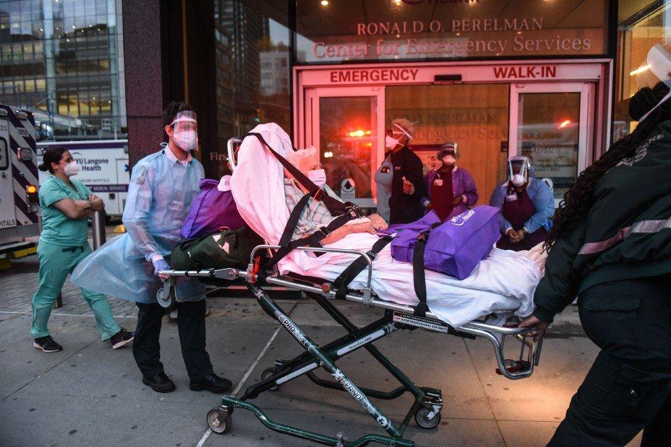 Seorang lelaki dibawa ke Hospital NYU Langone, New York City untuk diberikan rawatan. Amerika Syarikat mencatatkan lebih daripada 2,000 kematian akibat wabak COVID-19 dalam tempoh 24 jam untuk hari ketiga berturut-turut. - Foto AFP
