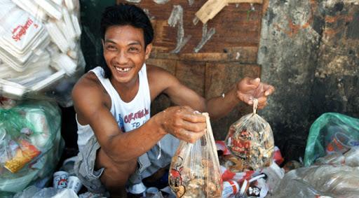 Kemiskinan Desak Rakyat Filipina Makan 'Sampah' 2